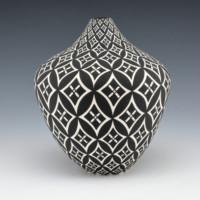 Torivio, Dorothy – Tall Jar with Snow Flake Pattern