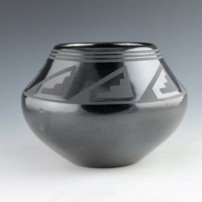 Martinez, Maria – Jar with Mountain Design (Maria Popovi 660)