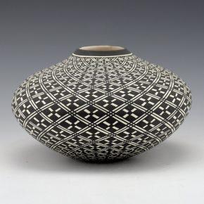 Estevan, Paula – Wide Jar with Star Pattern